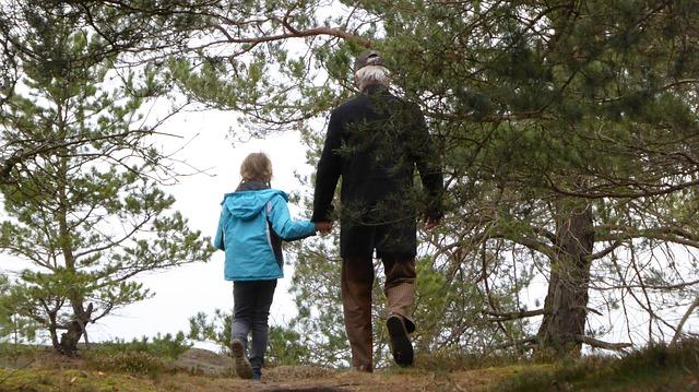 otec s dcerou na procházce