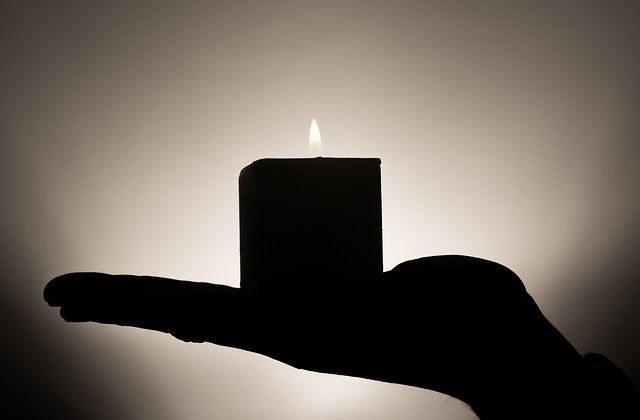 svíčka na ruce