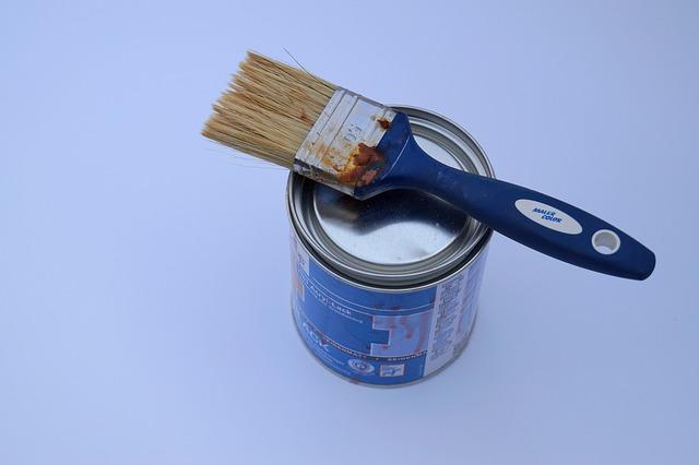 kartáč a barva na malování