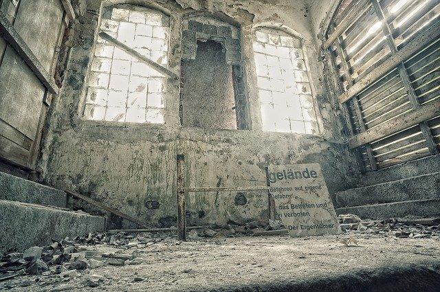 pohled na rozbořená okna