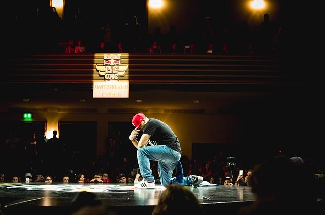 hiphopová scéna a mladý tanečník