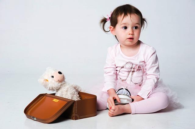 holčička s medvídkem v kufříku