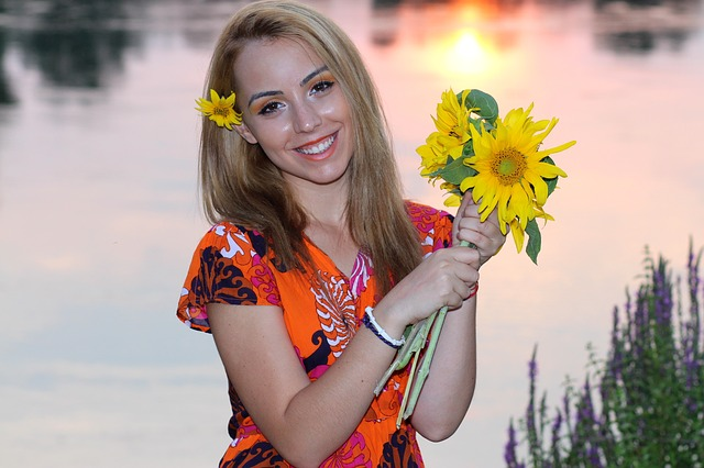 krásná dívka s květinami