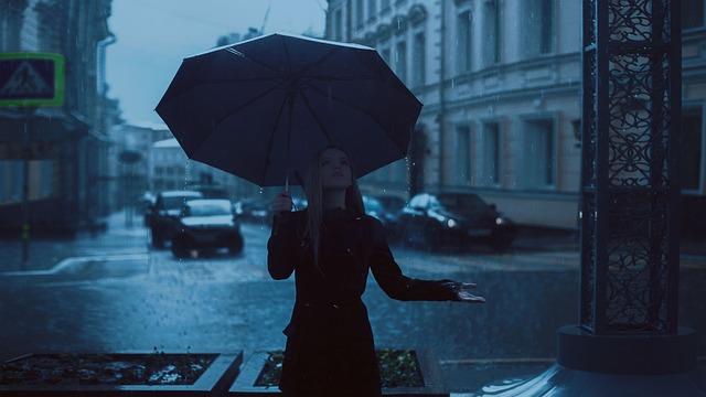 dívka v dešti s deštníkem