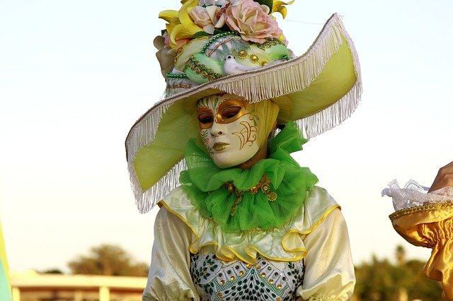 karnevalový kostým s maskou
