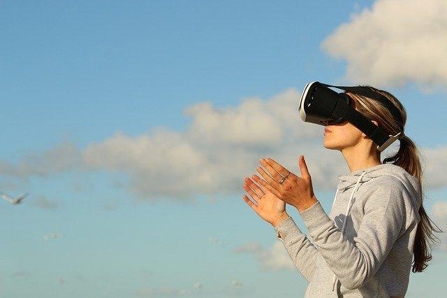žena v brýlích pro virtuální realitu