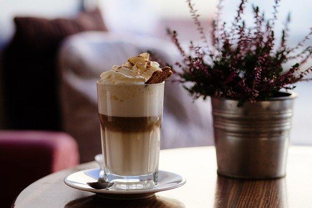 latte se šlehačkou