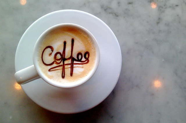 šálek kávy s nápisem