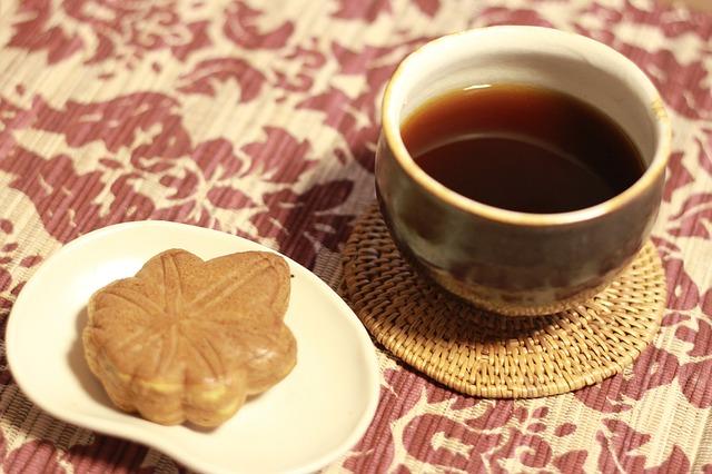 černá káva a sušenka