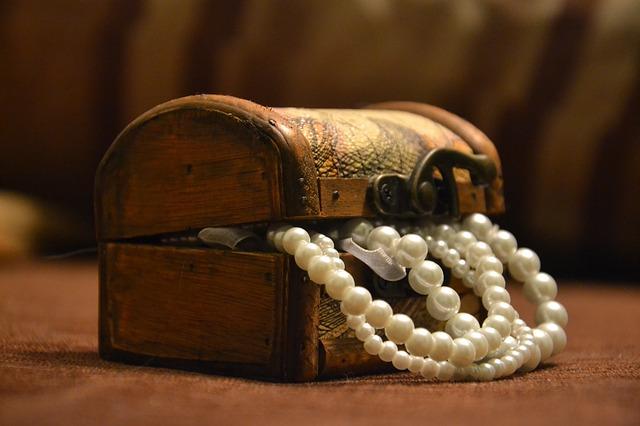 perly v truhle