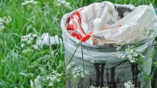 odpad v trávě