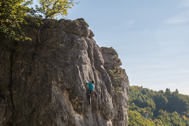šplhající horolezec