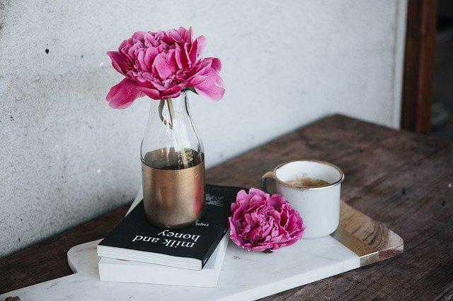 květina na knihách.jpg