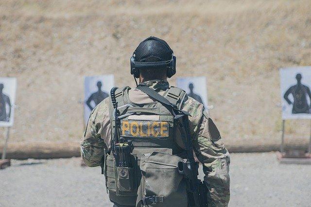 policista na střelnici