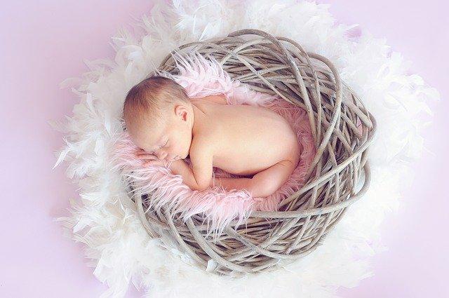 spící dítě v hnízdě