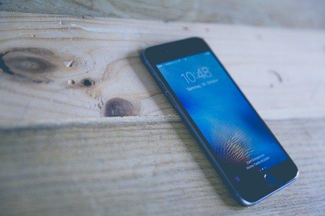 mobil na dřevě