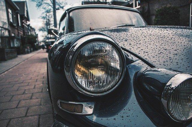 auto po dešti