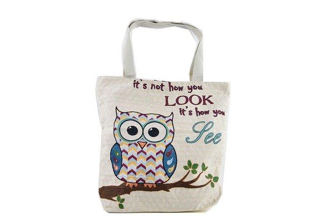 bílá nákupní taška nebo pytel a na něm potisk - sova s textem