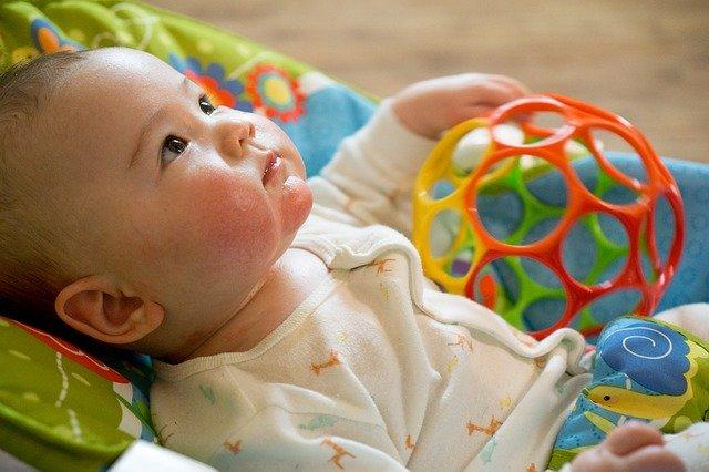 kojenec s hračkou