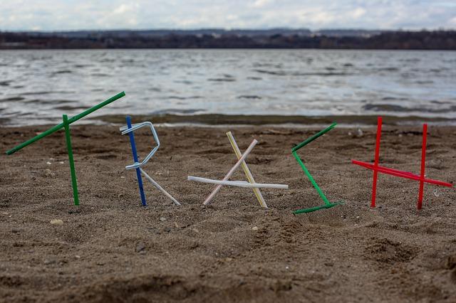 písmena na pláži