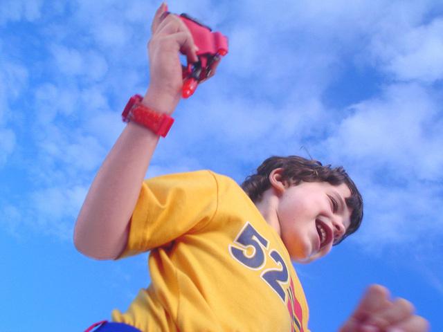 chlapec skáče