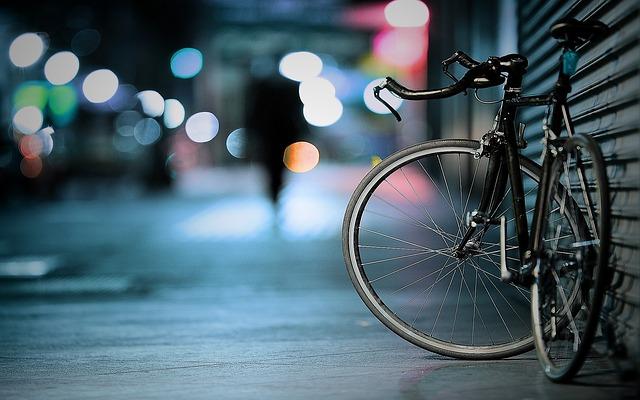 jízdní kolo ve tmě