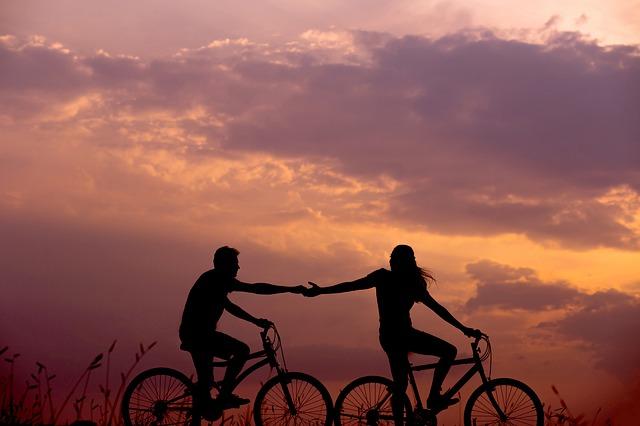dva večerní cyklisti