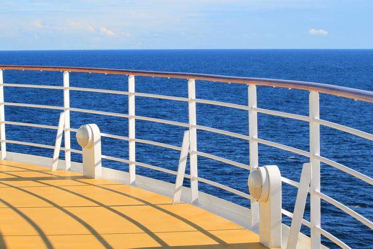 nerezové zábradlí na lodi nebo v přístavu