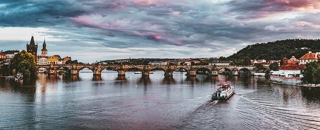 Vltava, loď a most