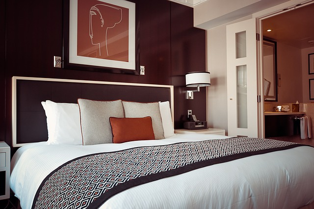dřevěná postel
