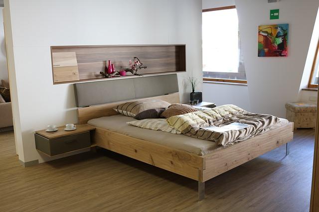 postel z masivu pro páry