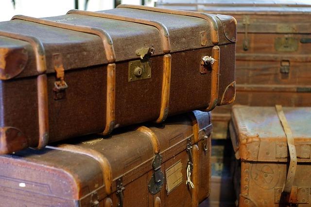 balení starých kufrů