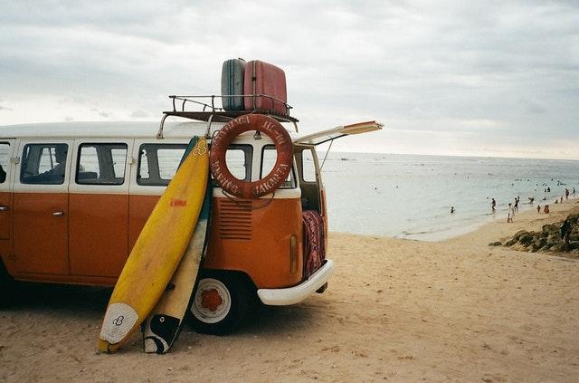 retro dodávka na pláži