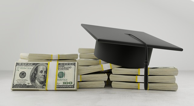 štosy bankovek a absolventská čepice