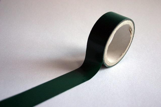 zelená lepící páska – mírně roztočená
