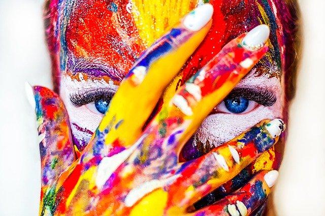 obličej a ruka od barev