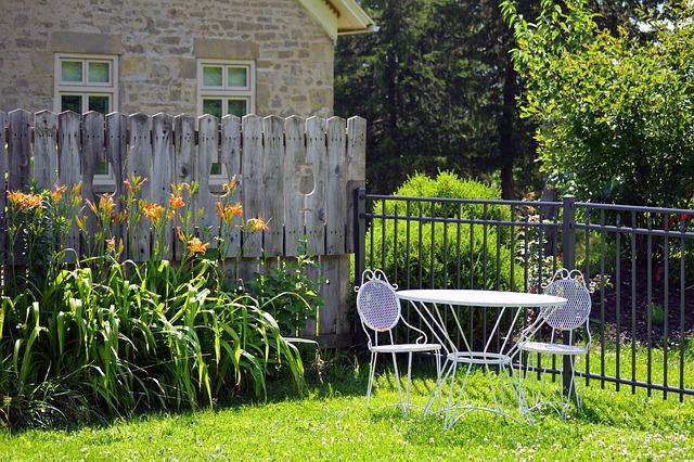 dřevěný a kovový plot