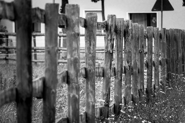 plaňkový dřevěný plot