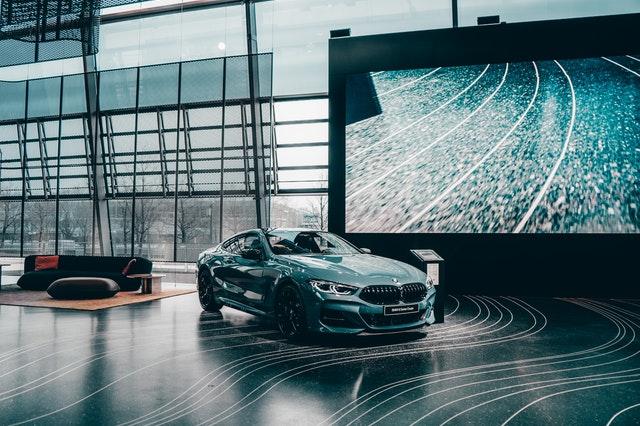 automobil na výstavě, moderní, naleštěný v luxusním prostředí