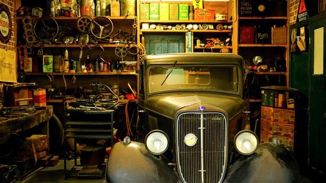 veterán v garáži, staré auto