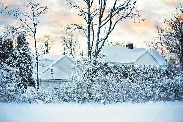 Zasněžený dům v krajině