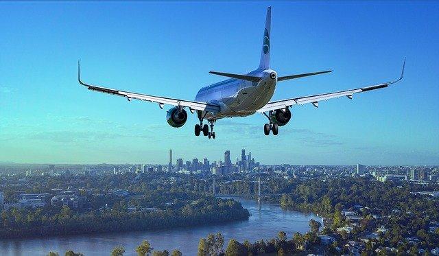 letadlo nad městem
