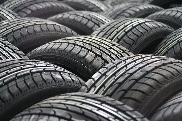 nové pneumatiky ve skladu kola