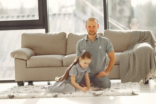 holčička s tatínkem na koberci