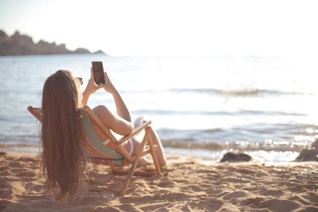 holka na pláži, opalovací lehátko